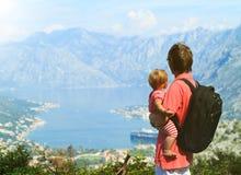 Père avec la petite fille regardant des montagnes Photos stock