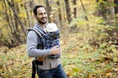 Père avec le bébé de fille dans la forêt d'automne Photographie stock
