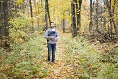 Père avec le bébé de fille dans la forêt d'automne Photos stock