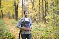 Père avec le bébé de fille dans la forêt d'automne Image libre de droits