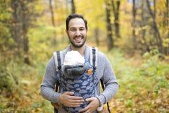 Père avec le bébé de fille dans la forêt d'automne Image stock
