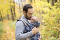 Père avec le bébé de fille dans la forêt d'automne Photo libre de droits