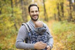 Père avec le bébé de fille dans la forêt d'automne Photos libres de droits