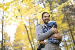 Père avec le bébé de fille dans la forêt d'automne Images libres de droits