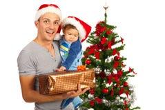Père avec le bébé et le cadeau de Noël Photographie stock libre de droits
