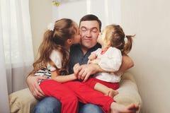 Père avec le descendant à la maison image libre de droits