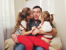 Père avec le descendant à la maison photo stock