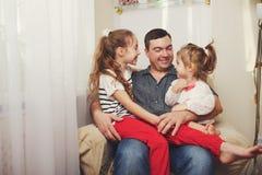 Père avec le descendant à la maison photos stock