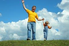 Père avec le descendant sur l'herbe verte Photos libres de droits
