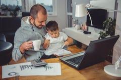 Père avec le fils à la maison Photo stock