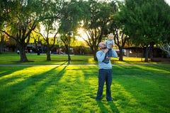 Père avec le fils de bébé dans le voisinage vert Photos stock