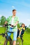 Père avec le fils sur un vélo Photos libres de droits