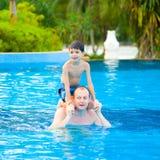 Père avec le jeune fils appréciant le regroupement photographie stock