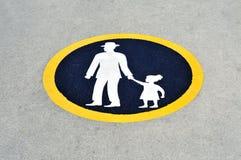 Père avec le poteau de signalisation d'enfant Image stock
