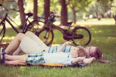 Père avec peu de soleil au parc photos libres de droits
