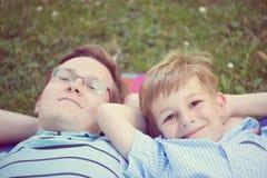 Père avec peu de soleil au parc photos stock