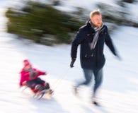 Père avec sa fille dans un tour de traîneau photographie stock libre de droits