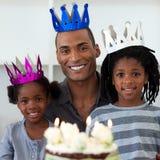 Père avec ses enfants célébrant un anniversaire photographie stock libre de droits