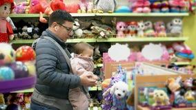 Père avec son enfant dans le transporteur de bébé dans le centre commercial, concept de parenting d'attachement clips vidéos