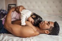 Père avec un bébé dormant dans la chambre à coucher image stock