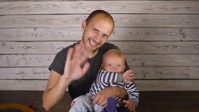 Père avec un petit hd de bébé banque de vidéos