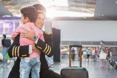 Père-aviateur de réunion de petit garçon dans l'aéroport Photographie stock libre de droits