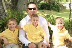 Père beau avec les garçons heureux images stock