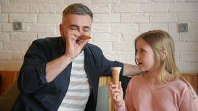 Père beau Having Fun avec sa fille Le jour de père heureux de dépense de famille ensemble banque de vidéos