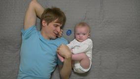 Père dépendant du bébé garçon banque de vidéos