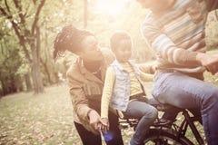 Père d'afro-américain conduisant la fille sur le vélo Photos libres de droits