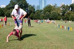 Père And Daughter Compete dans la course extérieure de brouette Images libres de droits