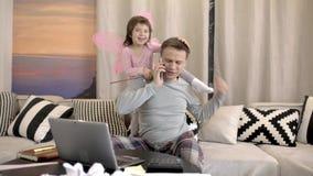 Père de aide de fille travaillant à la maison banque de vidéos