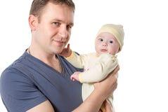 Père de caresse de bébé nouveau-né d'isolement sur le fond blanc. Photographie stock