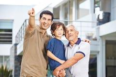 Père de famille montrant le futur but Photo stock