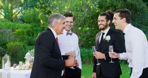 Père de la jeune mariée ayant le champagne avec le marié et l'invité 4K 4k banque de vidéos