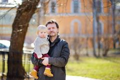 Père de Moyen Âge avec son fils d'enfant en bas âge Photos stock