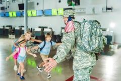 Père de réunion de famille dans l'uniforme militaire Image stock