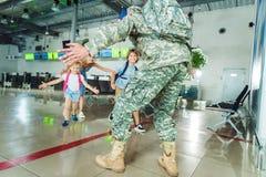 Père de réunion de famille dans l'uniforme militaire Images libres de droits