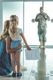 Père de réunion de mère et de fille à l'aéroport Photo libre de droits