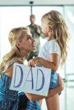 Père de réunion de mère et de fille à l'aéroport Image stock