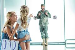 Père de réunion de mère et de fille à l'aéroport Photographie stock