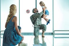 Père de réunion de mère et de fille dans l'aéroport Image libre de droits
