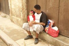 PÈRE DE SCÈNE DE RUE DU CUBA AVEC SA FILLE Photos stock