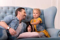 Père de soin gai regardant sa fille Photo stock