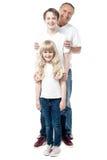 Père de sourire avec des enfants se tenant dans une rangée Photos stock