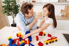 Père de sourire et sa fille parlant entre eux Photo stock