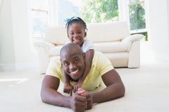 Père de sourire heureux avec sa fille Image libre de droits