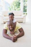 Père de sourire heureux avec sa fille Photo libre de droits