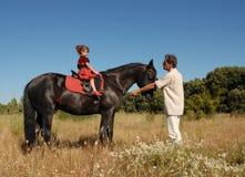 Père, descendant et cheval Photographie stock