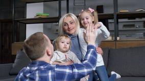 Père donnant haut cinq à peu de fille à l'intérieur banque de vidéos
